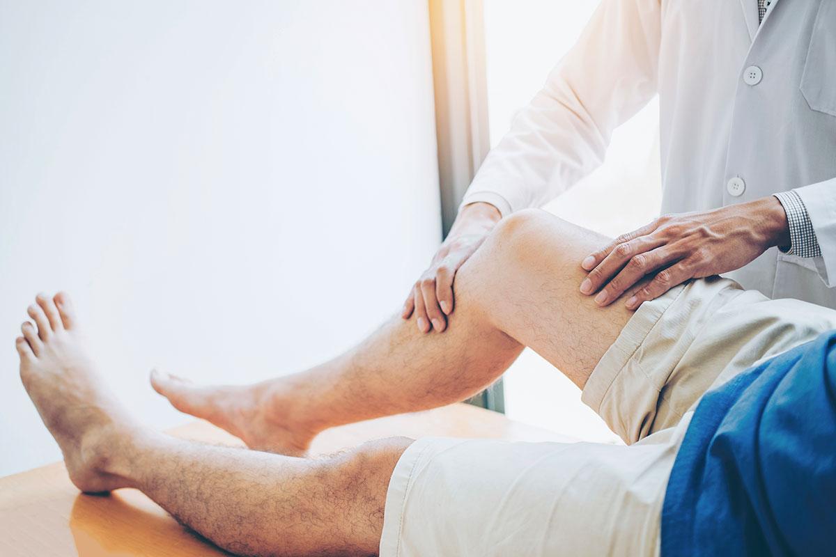 Arzt untersucht Kniegelenk