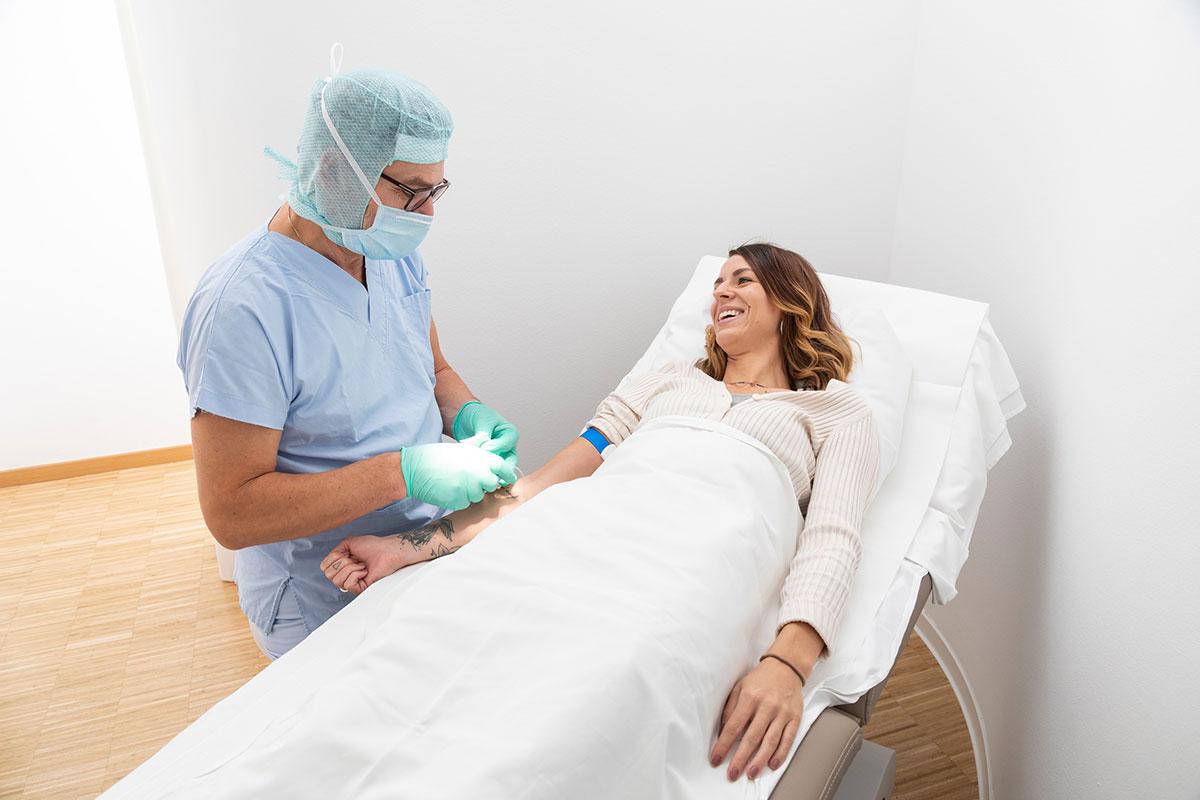 Arzt behandelt liegende Patientin