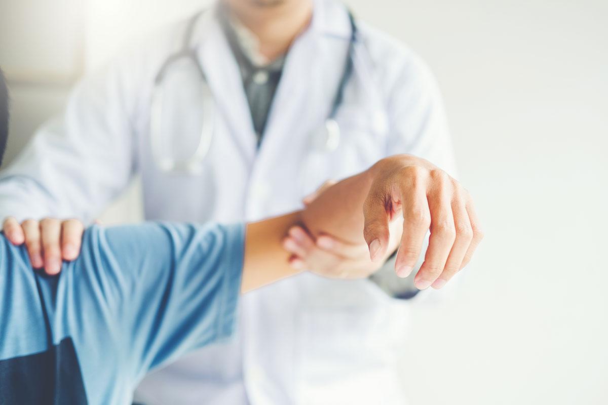 Arzt untersucht Funktion des Gelenks