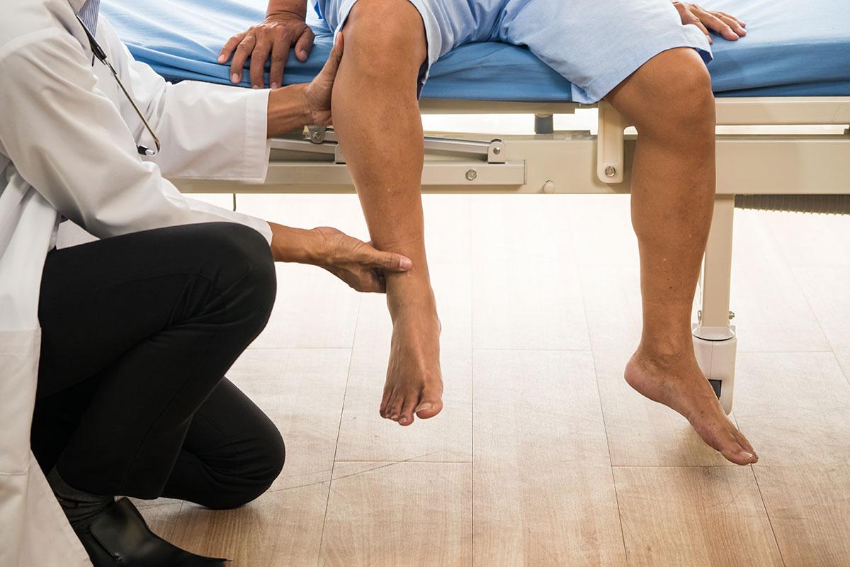 Arzt untersucht Patient auf Knorpelschaden
