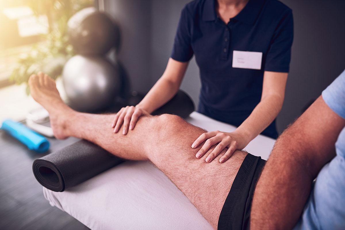 Mann bei Physiotherapie