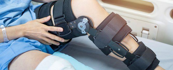 Patientin mit Orthese am Bein