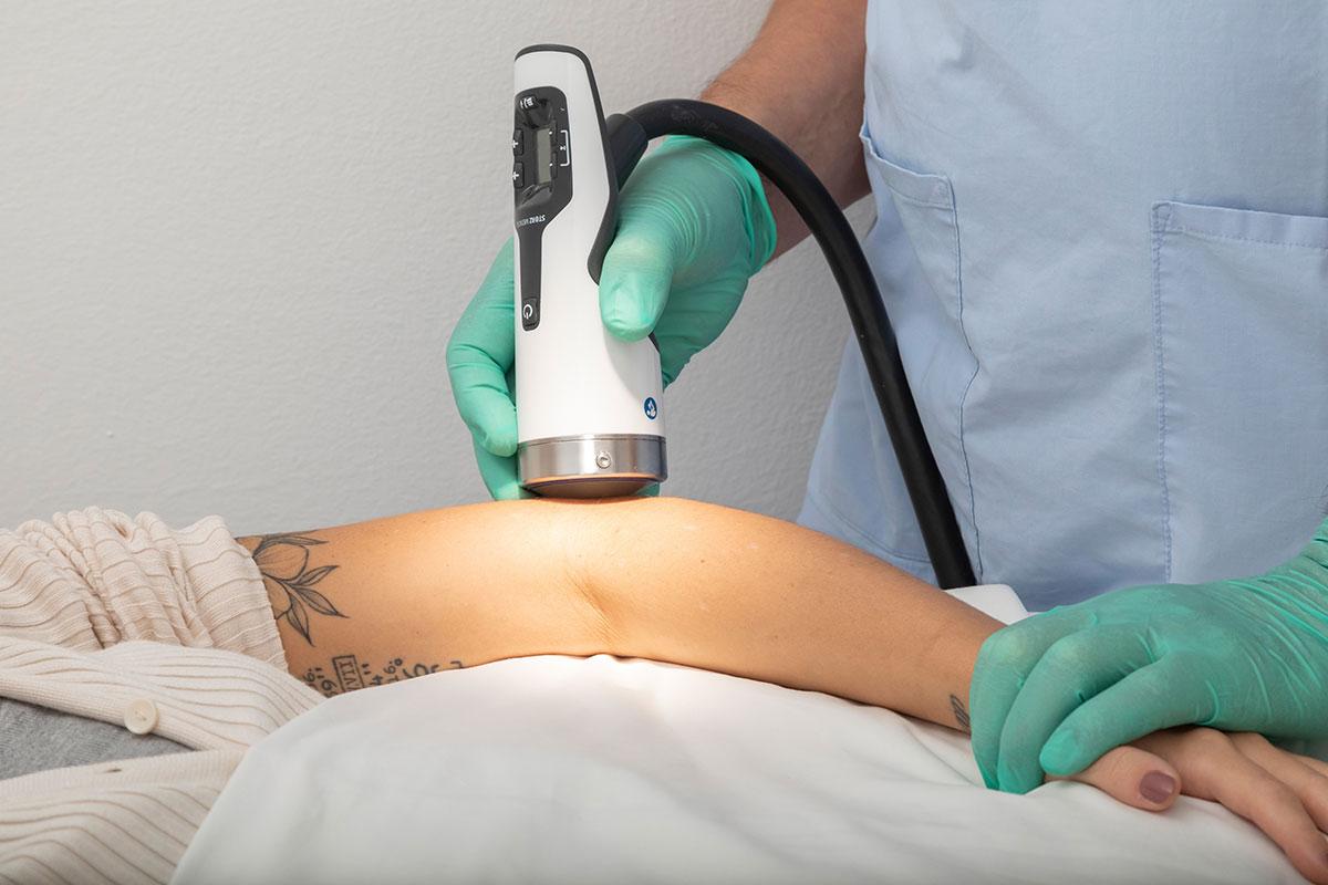 Gerät für Stoßwellentherapie am Ellbogen