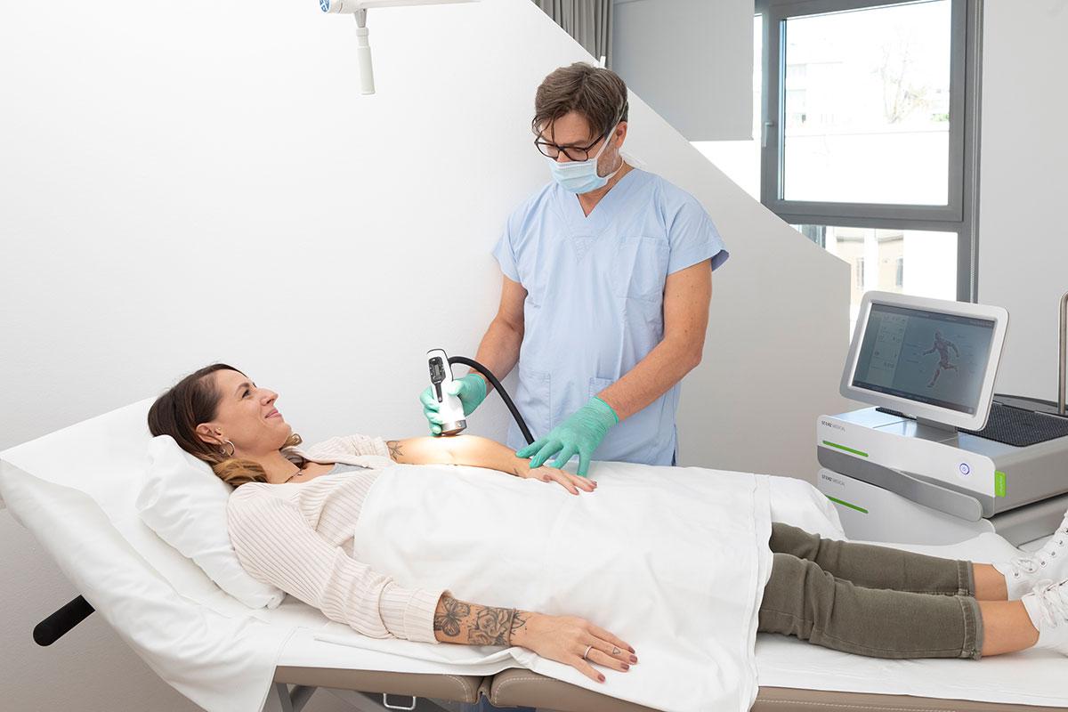 Arzt bei Stoßwellentherapie