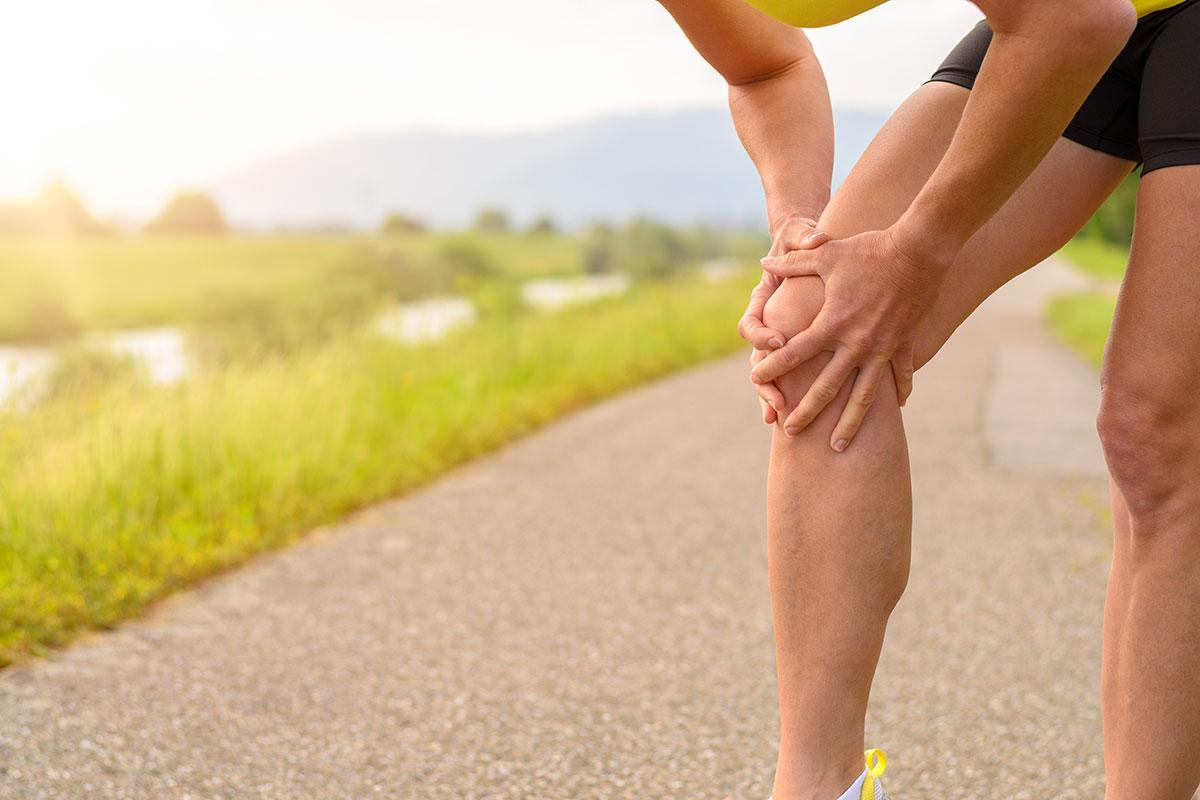 Frau hält sich schmerzendes Knie