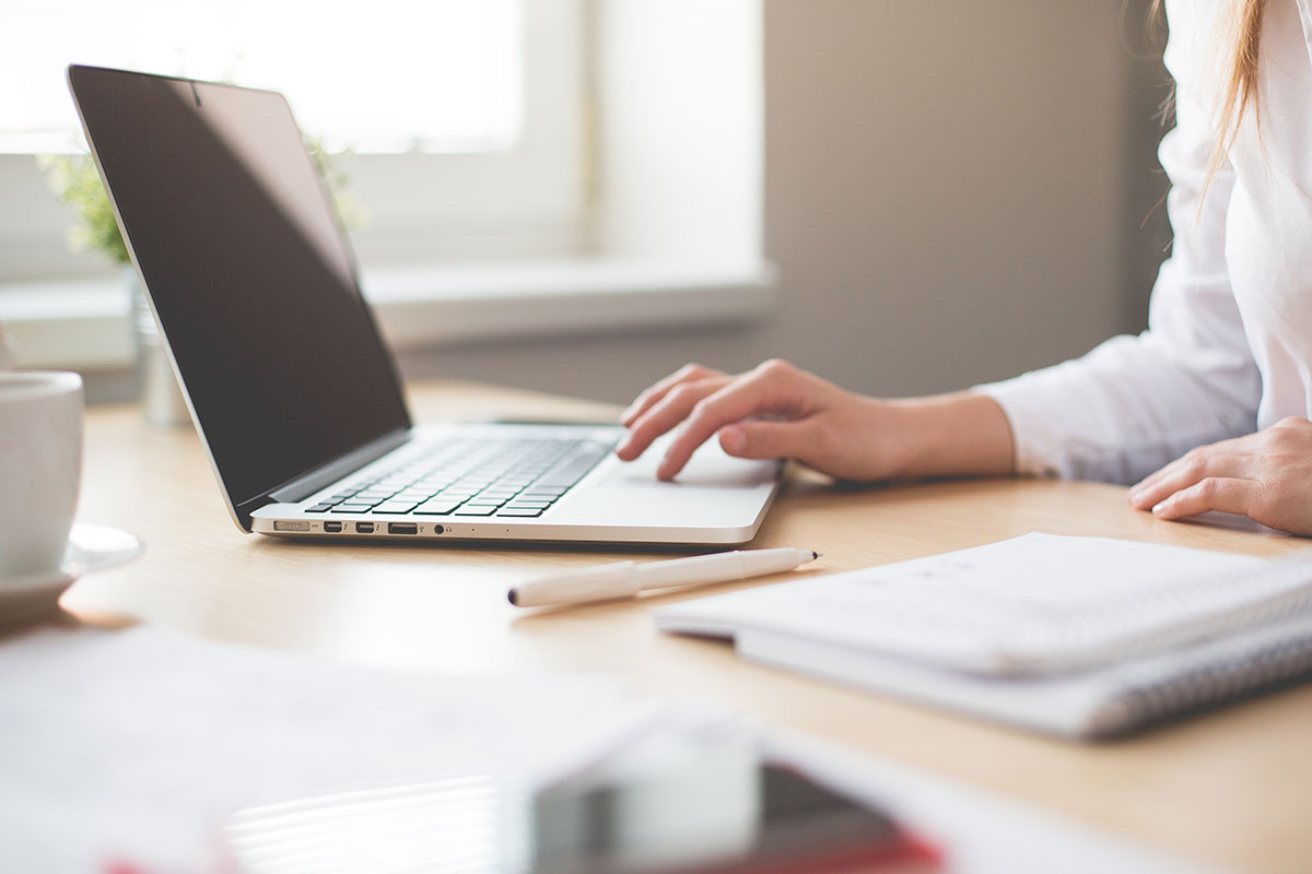 Frau in Webinar mit Laptop